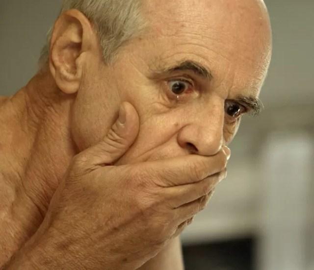 Feliciano fica chocado ao ver que Claudine morreu (Foto: TV Globo)