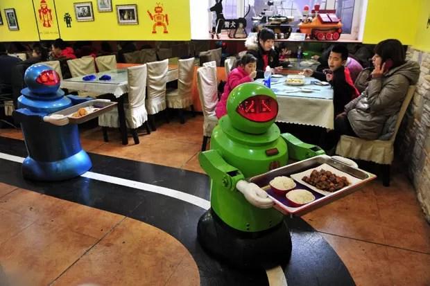 Robôs medem entre 1,30 m e 1,60 m de altura e têm a inteligência de uma criança de três ou quatro anos (Foto: Sheng Li/Reuters)