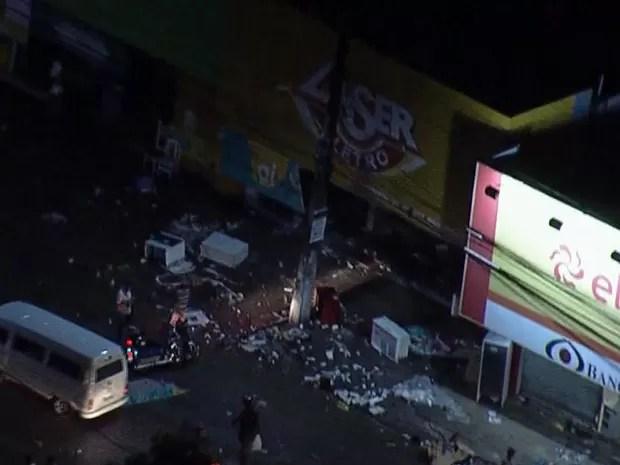Vândalos saqueiam lojas e caminhões e depredam ônibus em Abreu e Lima, PE (Foto: Reprodução / TV Globo)