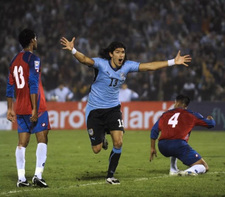 Loco Abreu comemora gol contra a Costa Rica, em 2010 — Foto: AFP