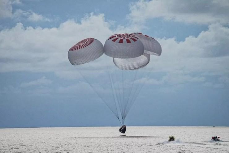 Pouso da nave da SpaceX no Oceano Atlântico — Foto: Reprodução/Twitter