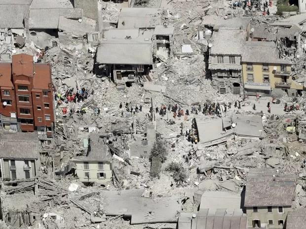Imagem aérea mostra destruição causada por terremoto em Amatrice, na Itália (Foto: Gregorio Borgia/AP)