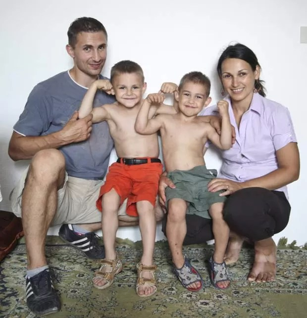 A partir da esquerda, Iulian, Giuliano, Claudiu e Ileana Stroe. (Foto: Barcroft Media/Getty Images)