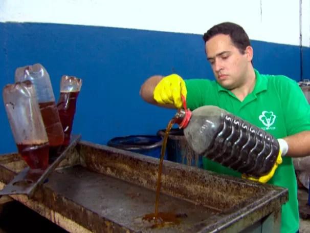 Iniciativa de moradores do Morro dos Prazeres promove o descarte correto do óleo de cozinha (Foto: Reprodução)