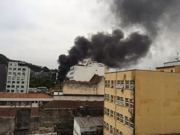Armazém pegou fogo no Centro, em Santos, no litoral de São Paulo (Foto: Solange Freitas / G1)