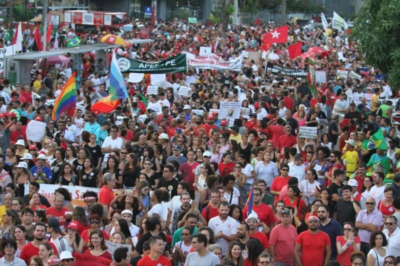 Manifestação deixa Praça do Derby e segue em marcha, no Recife (Foto: Marlon Costa/Pernambuco Press)