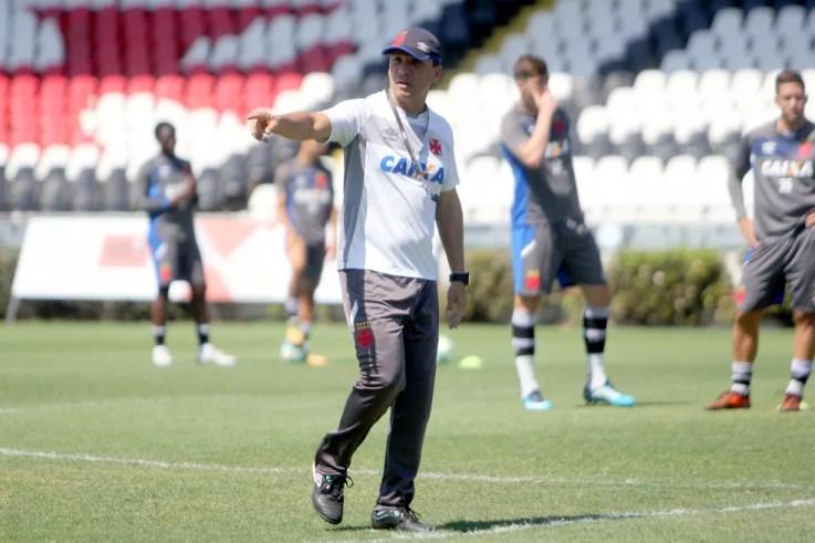 Zé Ricardo orienta jogadores durante treino; técnico já começou a tratar da montagem do elenco para 2018 (Foto: Paulo Fernandes/Vasco)