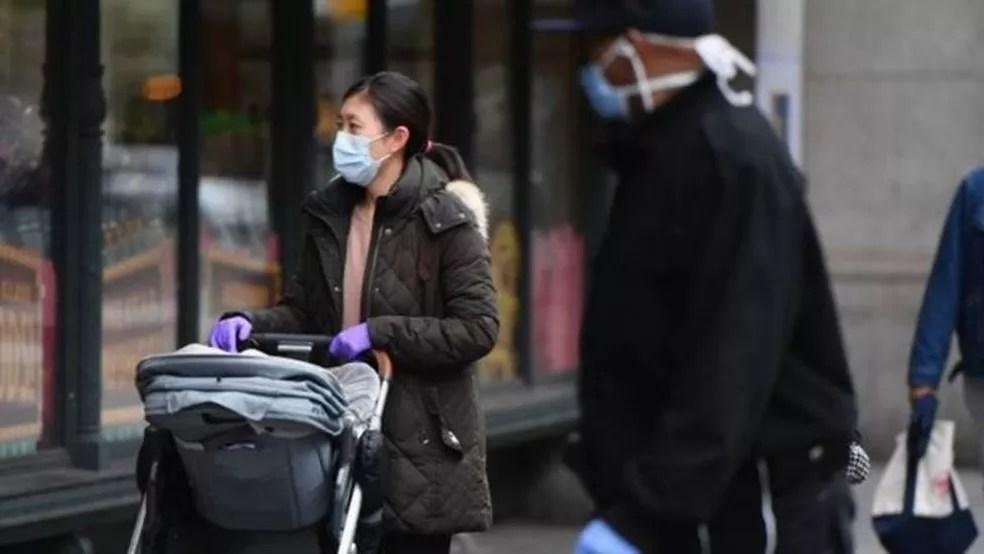O prefeito de Nova York, Bill de Blasio, pediu aos moradores que cubram o rosto quando estiverem fora de casa — Foto: Getty Images/Via BBC