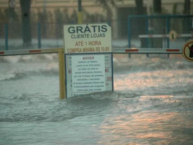 Chuva e alagamento na região da Vila Pompeia, em São Paulo. (Foto: Paulo Preto/ Futura Press/ Estadão Conteúdo)