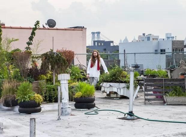 No terraço, com vista para os prédios e pontes de Manhattan, ele planta ervas e temperos que utiliza na cozinha. (Foto: Lufe Gomes/Life by Lufe)