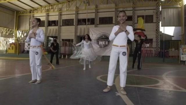 Alguns mestres de capoeira acusam capoeiristas evangélicos de apagar a raiz africana dessa arte brasileira  (Foto: BBC Brasil/Reprodução)