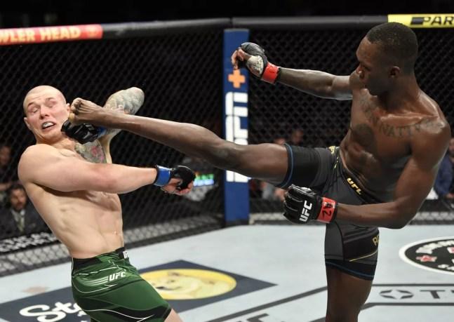 Israel Adesanya golpeia Marvin Vettori no UFC 263 — Foto: Getty Images