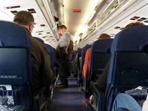 Passageiros no corredor do avião (Foto: Creative Commons/Daniel Lobo)