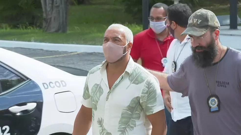 Belo chega à Cidade da Polícia após ser preso — Foto: Reprodução/TV GLobo