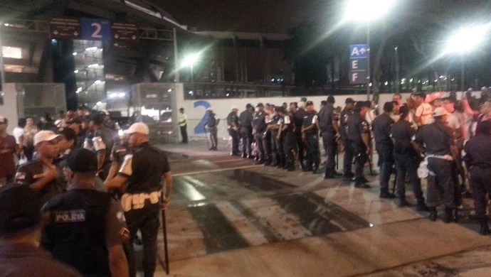 Polícia portão saída Maracanã Fluminense (Foto: Vicente Seda)
