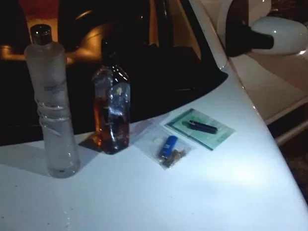 Motorista foi pego fumando skank  (Foto: Capitão Styvenson Valentim)