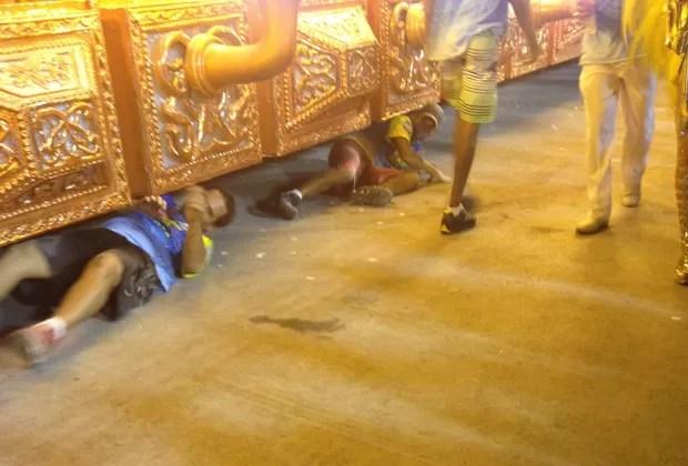 Pessoas deitaram-se sob carro empacado da Unidos para tentar resolver o problema (Foto: Tainá Bilate/G1)