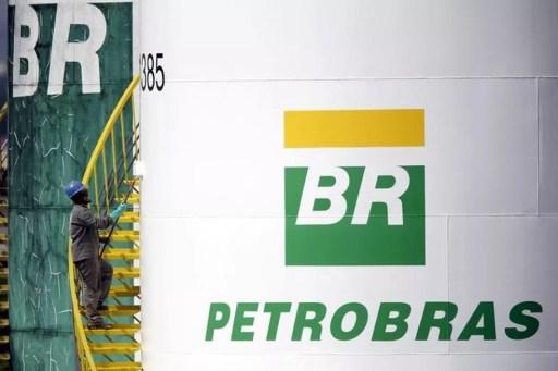Funcionário pinta tanque da Petrobras em Brasília (Foto: Reuters/Ueslei Marcelino)