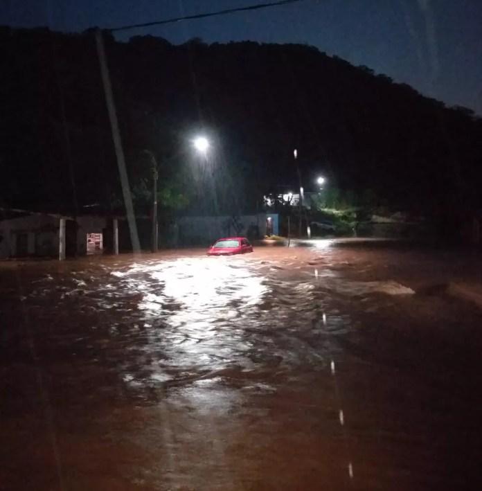 Rua virou rio e carro praticamente submerso — Foto: Corpo de Bombeiros/Divulgação