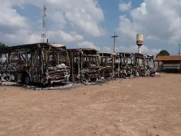 Veículos ficaram completamente destruídos (Foto: J.Junior/Tarilândia vip)