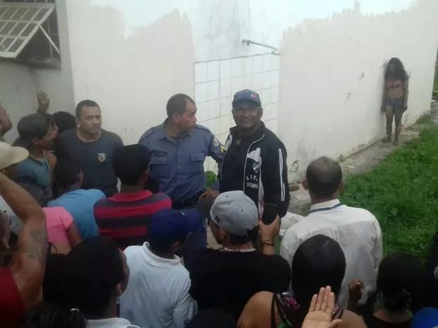 Polícia Militar montou barreira para evitar linchamento de suspeita (Foto: Divulgação/Polícia Militar)