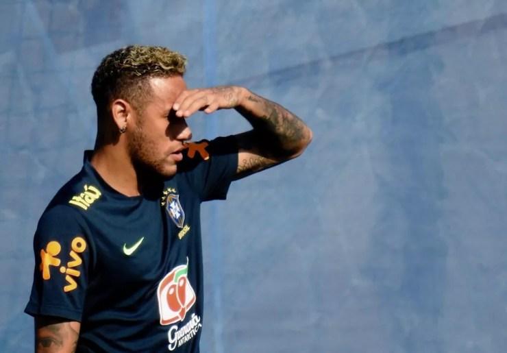 Neymar se protege do sol em treino da Seleção (Foto: Tossiro Neto)