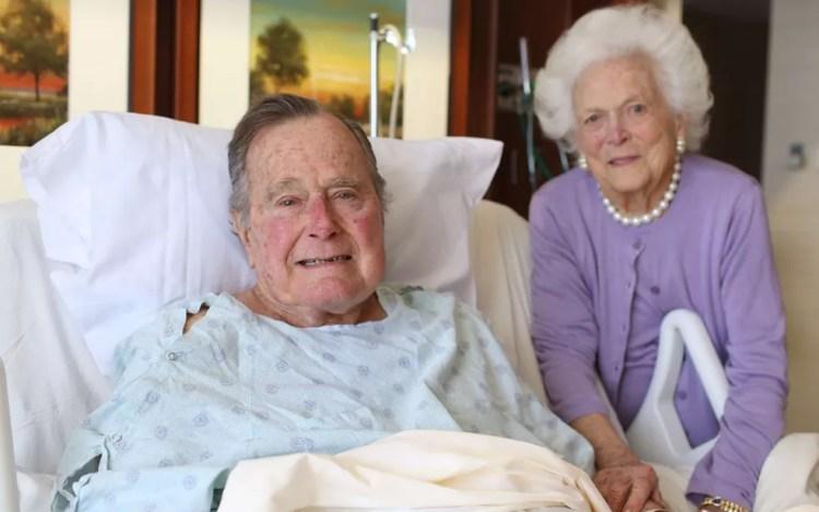 O ex-presidente George H.W. Bush, ao lado da mulher, Barbara, durante sua internação, em foto de 23 de janeiro — Foto: Reprodução/Twitter/Jim McGrath