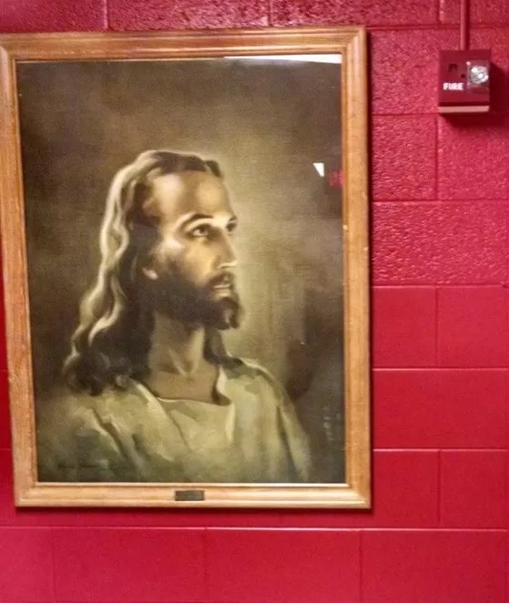 Escola cede a pressão e retira imagem de Jesus de parede