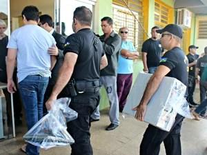Policiais chegam à Delegacia Especializada em Apuração de Atos Infracionais com materiais apreendidos  (Foto: Taísa Arruda/G1)