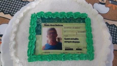 No bolo de comemoração, CNH veio com a frase 'quem acredita sempre alcança' (Foto: Monique Florêncio/Arquivo pessoal)