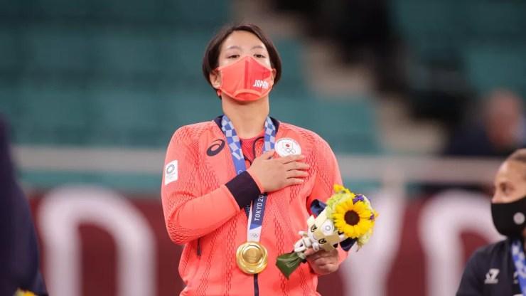 Uta Abe com a medalha de ouro no peso meio-leve do judô — Foto: REUTERS/Hannah Mckay