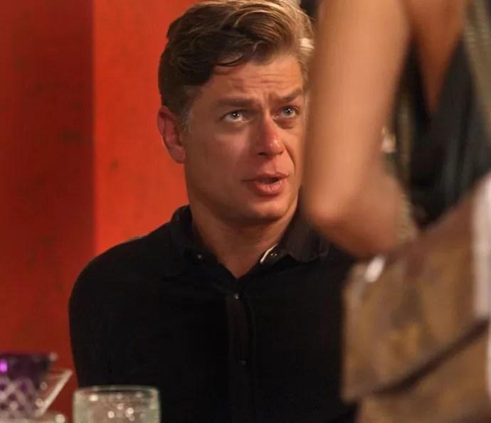 Arthur vai discutir com Carolina, mas apenas para Pablo ele conta que não pode ter filhos (Foto: TV Globo)