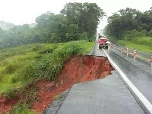 Parte de asfalto cede após chuvas e trecho da BR-153 é interditado em Comendador Gomes (Foto: Divulgação/PRF)