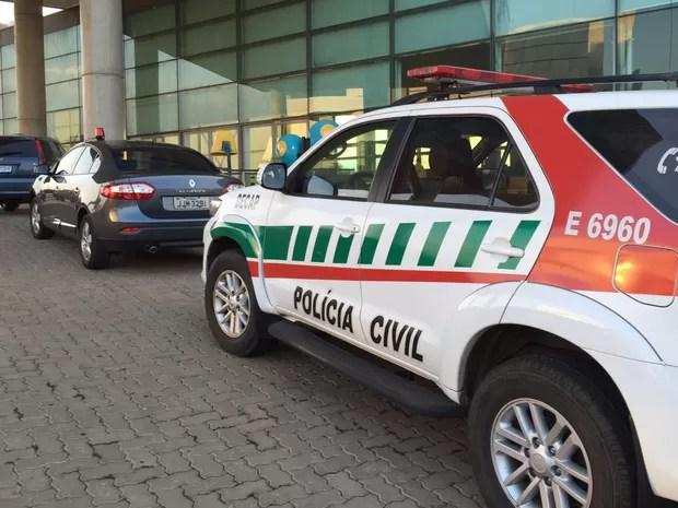 Viaturas policiais em frente à Câmara Legislativa do Distrito Federal (Foto: Natália Godoy/TV Globo)
