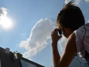 Mancha solar pode ser vista por telescópio ou a olho nu com proteção (Foto: Claudia Assencio/G1)