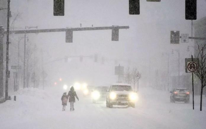 Pessoas caminham durante nevasca em Pittsfield, Massachusetts, na quinta-feira (17) — Foto: Ben Garver/The Berkshire Eagle via AP