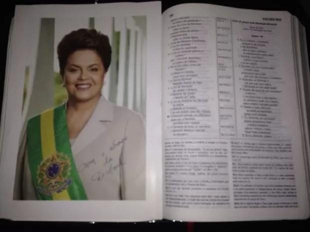 Bíblia da empresária Carla Gomes, com foto autografada enviada pela presidente Dilma Rousseff (Foto: Carla Gomes/Arquivo pessoal)