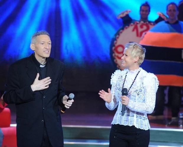 Padre Marcelo Rossi e Xuxa no palco do programa (Foto: Divulgação / Xuxa Produções)