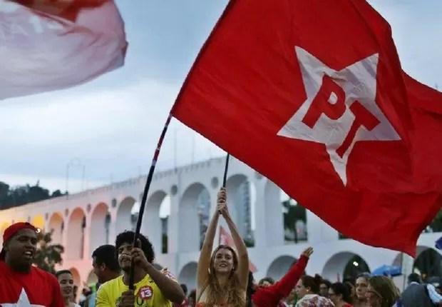 Apoiadores do PT fazem campanha pela reeleição de Dilma Rousseff em São Paulo (Foto: Pilar Olivares/Reuters)