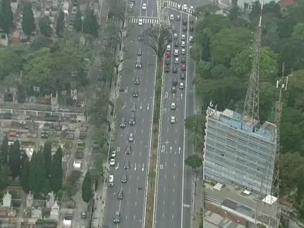 Comboio com os corpos de Campos e equipe segue pelas ruas de SP (Foto: Reprodução/TV Globo)