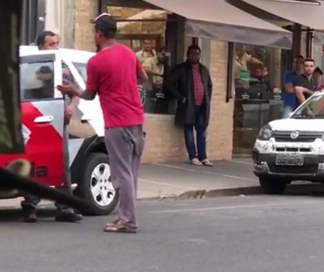Homem fecha a porta da viatura na cara do policial — Foto: Reprodução