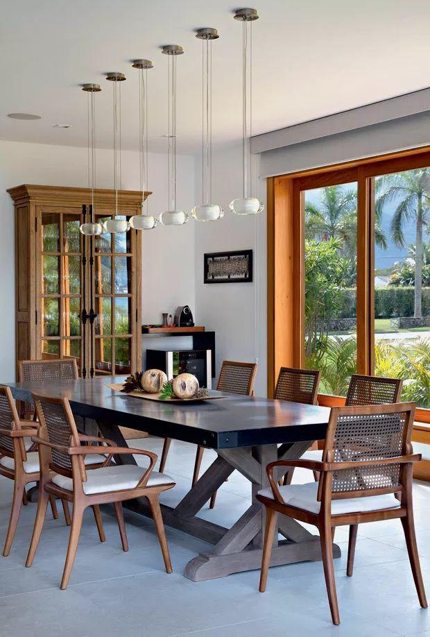 Sala de Jantar   A mesa com tampo de mármore foi comprada na Restoration Hardware, de Miami, e faz composição com as cadeiras Zig, da Way Design (Foto: Juliano Colodeti/MCA Estudio/Divulgação)