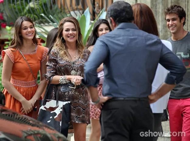 Surpresa! Shirley aparece com Luiza e quer tratar de assuntos com Virgílio (Foto: Carol Caminha/ TV Globo)
