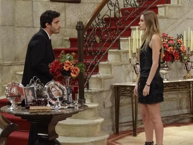 Zenon conta sua hipótese para Analú, que não dá a mínima (Foto: Guerra dos Sexos/TV Globo)