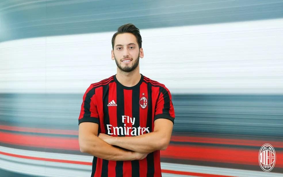Hakan Calhanoglu assinou por quatro anos com o Milan (Foto: Site oficial do Milan)