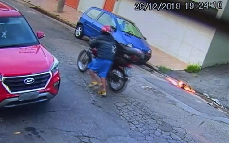 Edilson Bispo foge com a moto após atear fogo à ex-mulher — Foto: TV Globo/Reprodução