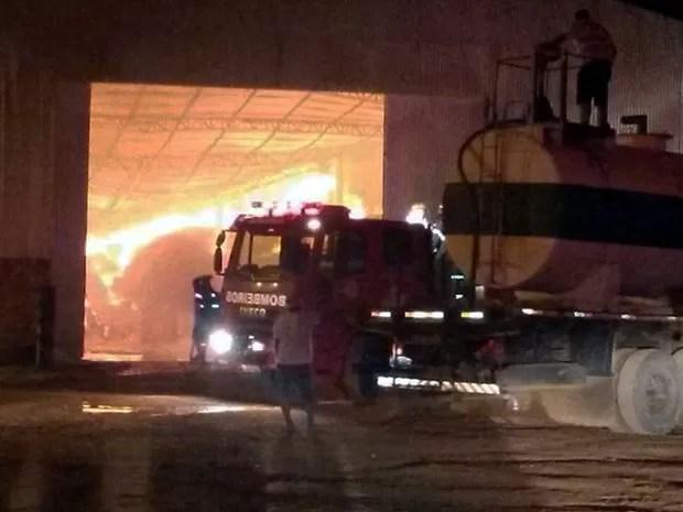 Fogo destruiu depósito de algodão na cidade de Sorriso, em Mato Grosso. (Foto: Giselle Mazzei/Centro América FM Sorriso)