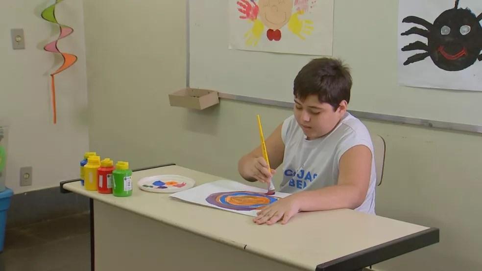 Danilo faz pintura no projeto que estuda em Catanduva — Foto: Reprodução/TV TEM