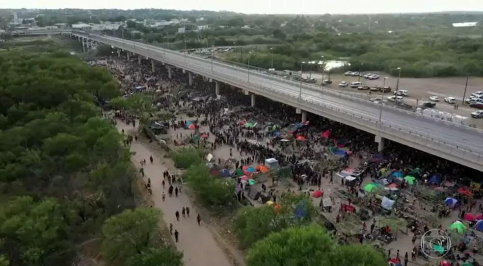 Imigrantes haitianos se aglomeram embaixo de ponte no estado do Texas, perto da fronteira dos Estados Unidos com o México, em mais uma crise migratória do governo Joe Biden — Foto: Reprodução/TV Globo