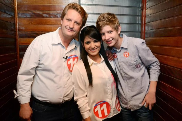 José Rover, a esposa Lizangela e o filho do casal, Luiz, na campanha eleitoral de 2012,  quando ele tinha 16 anos  (Foto: Facebook/Reprodução)